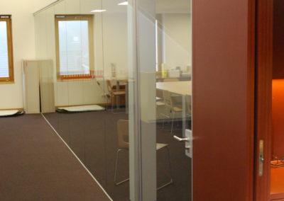 Bürotrennwand mit integrierter Drehtüre