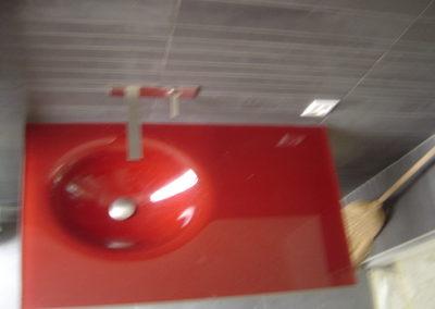 Ganzglaswaschisch aus rotem Glas