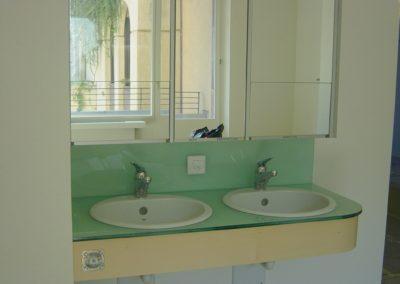 Glaswaschtisch und Spiegel