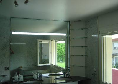 Spiegelwand mit Teilverspiegelung und intergrierter Leuchte