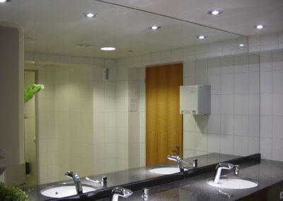 Spiegelwand über Doppellavabo